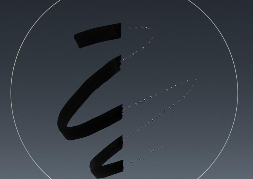 На иллюстрации показано, как фтористое покрытие противостоит загрязнениям (использован маркер на основе масляной краски) Слева: без фтористого покрытия Справа: с фтористым покрытием